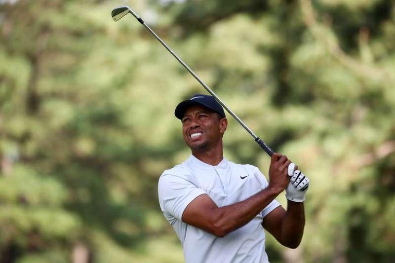 Kiểu cầm gậy golf của Tiger Woods