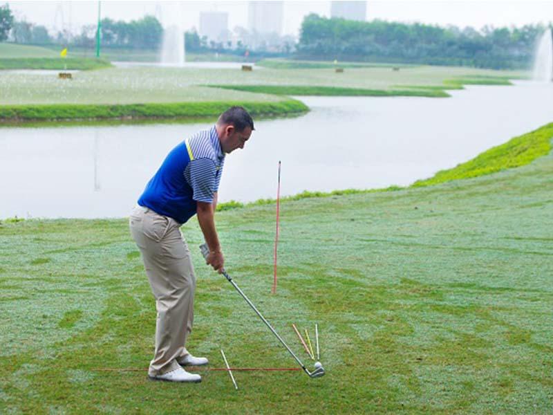 Lỗi topping the ball rất thường gặp, khiến người chơi không có được cách đánh driver chuẩn