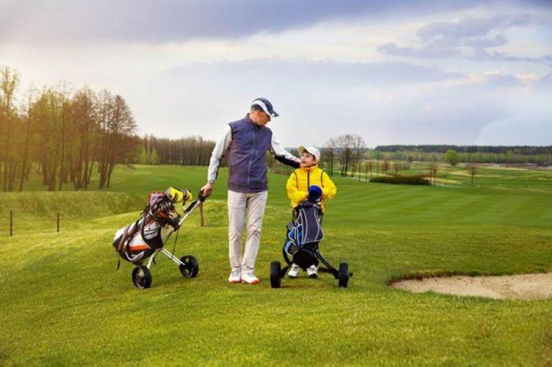 Hãy cho trẻ làm quen với việc mặc những bộ đồng phục golfer chuyên nghiệp khi ra sân