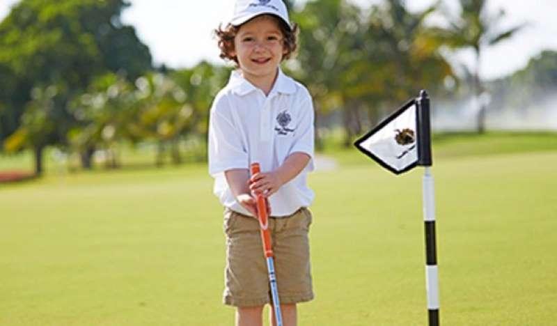 Việc chỉ cho con nhỏ tìm hiểu về golf sẽ giúp trẻ làm quen với luật lệ và quy tắc tốt hơn