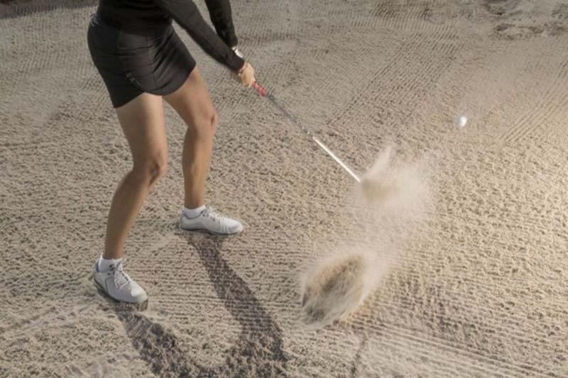 Hãy tập đi tập lại động tác vung gậy vào cát