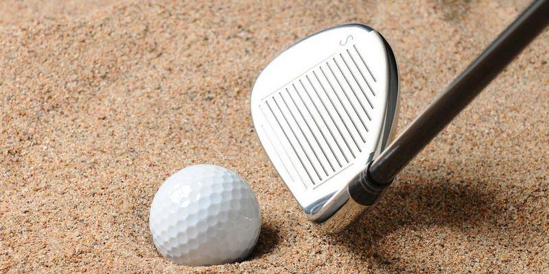 Sử dụng gậy sand wedge để chip bóng golf