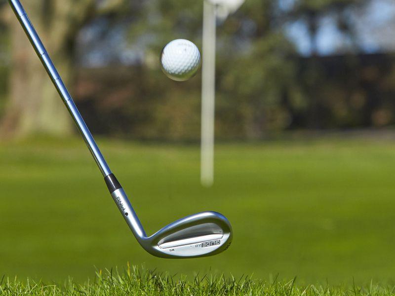 Kỹ thuật pitching golf là cú đánh cao, bay lên không trung