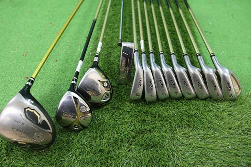 Một bộ gậy golf tiêu chuẩn sẽ gồm 12 cây gậy
