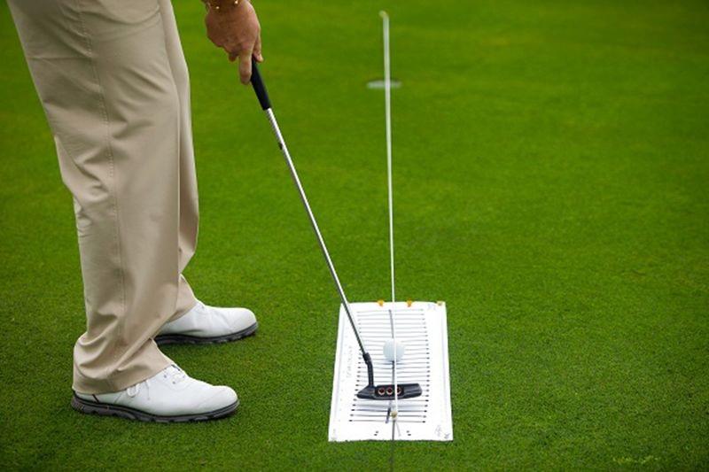 Để cầm gậy golf putter hiệu quả, người chơi nên kiểm soát tốt khoảng cách