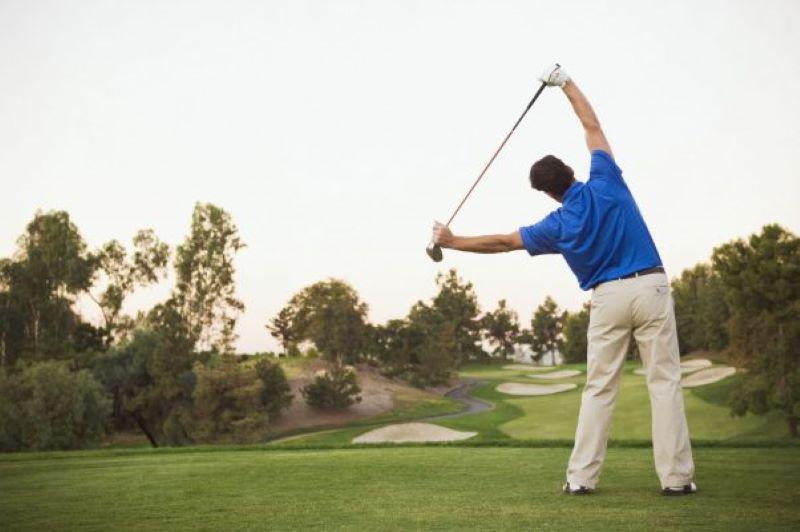 Khởi động trước chơi golf sẽ giúp người chơi làm quen và dễ dàng vung lực phát bóng