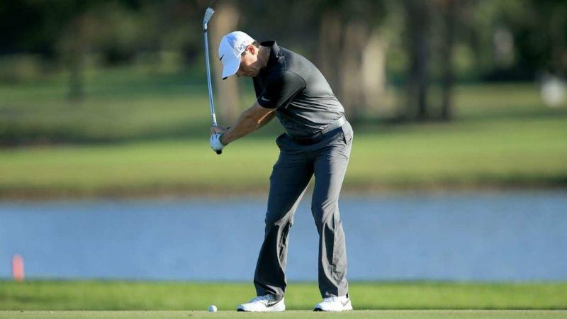 Khi đánh gậy, golf thủ có thể xoay người từ bên trong ra bên ngoài
