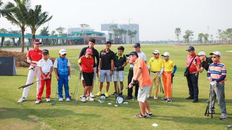 Một nhóm Family đang tham gia golf