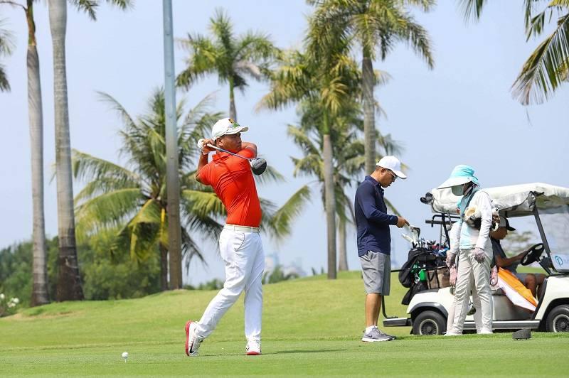 Luật đánh golf quy định mỗi vòng đánh gồm 18 lỗ với 72 gậy chuẩn