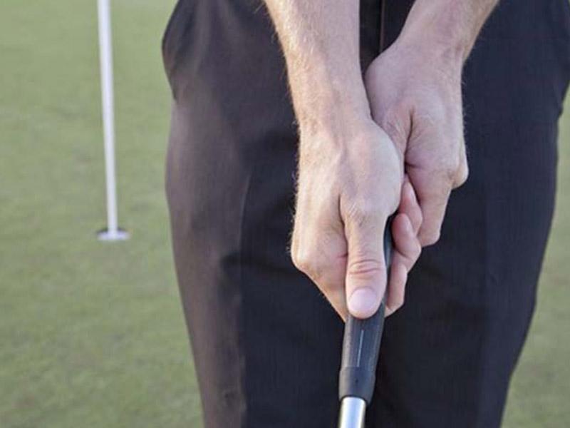 Hướng dẫn cách cầm gậy putter kiểu Reverse - Overlap