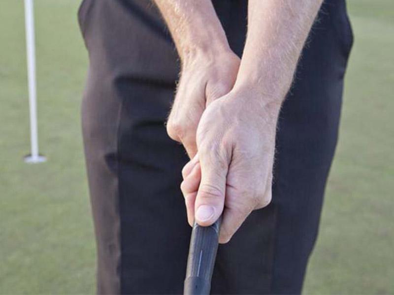 cầm gậy golf putter kiểu Cross Hand