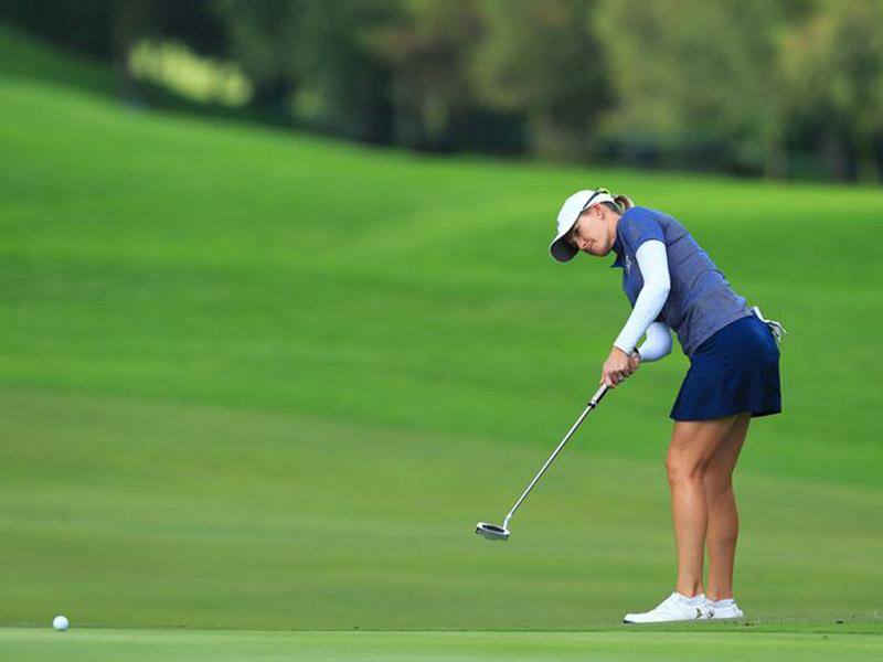 Golfer cần kiểm soát tốt khoảng cách đánh bóng trong quá trình sử dụng gậy golf putter