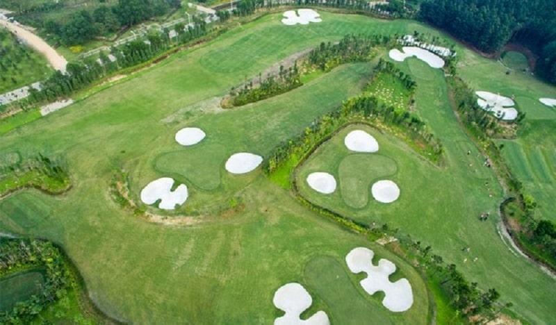 Một sân golf cơ bản sẽ bao gồm 18 lỗ