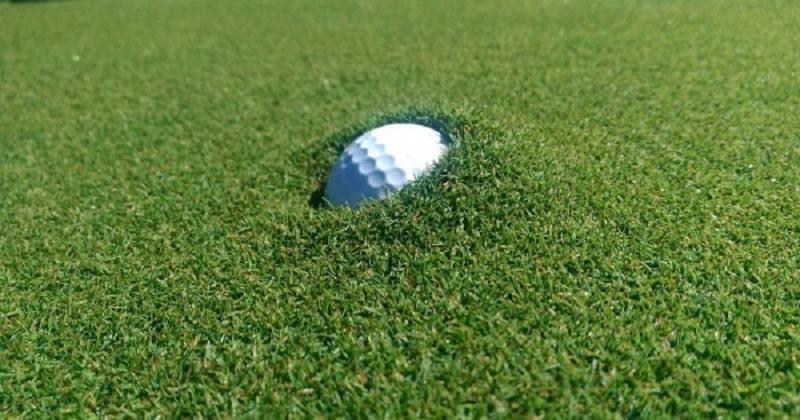 Bóng golf bị lún thường là do trời mưa khiến đất trên sân mềm và ẩn ướt