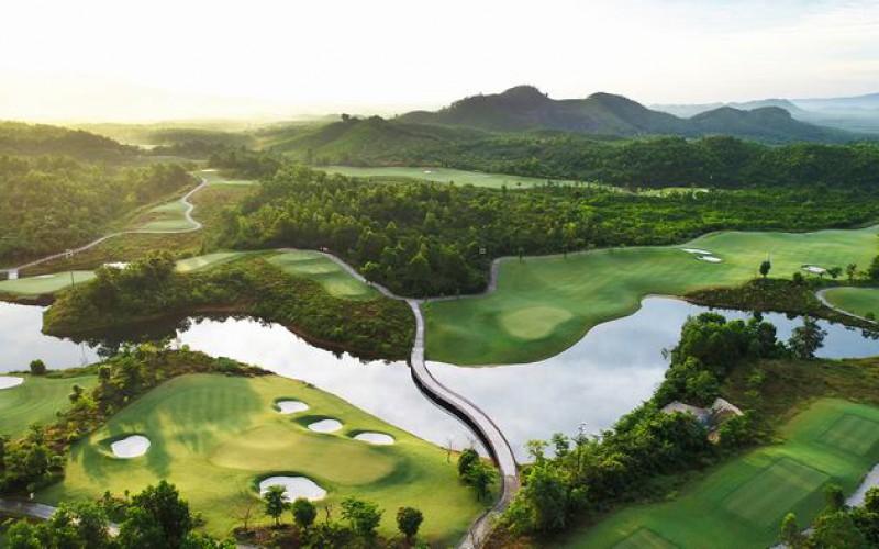 Sân golf Bà Nà Hill nổi tiếng với khung cảnh tự nhiên bao la, hùng vĩ