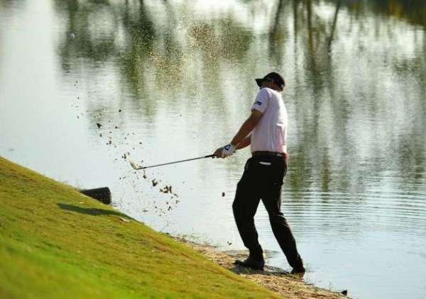 hinh-anh-danh-golf-trong-bay-nuoc