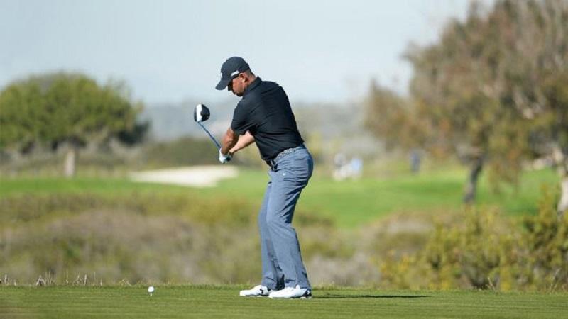 Golf swing là cú xoay người đánh bóng