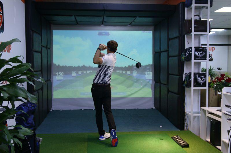 Bên trong phòng golf 3D được trang bị tại học viện