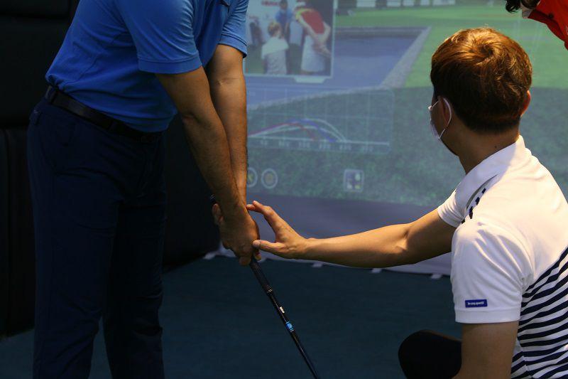 Thầy dạy golf tại GGA đang trực tiếp chỉ dẫn cách cầm gậy cho học viên