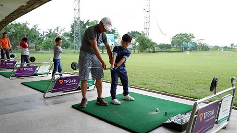 Điều quan trọng đối với khóa học golf cho trẻ em là huấn luyện viên