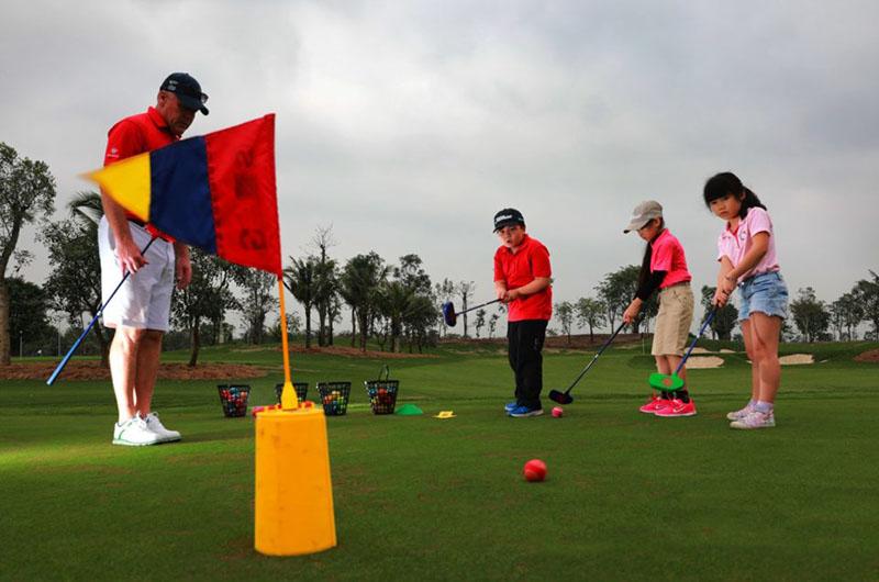 Cha mẹ có thể cho con học khóa học golf cho trẻ em tại Học viện Golf Group