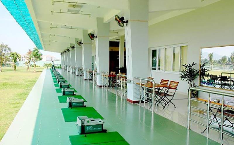 Sân golf có rất nhiều dịch vụ tiện ích, bao gồm cả phòng chơi golf 3D