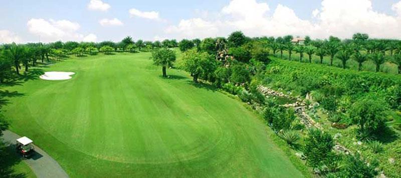 Sân golf có bãi cỏ xanh mướt, và tạo cảnh quan đẹp hút mắt vừa giúp người chơi golf đánh bóng thuận tiện