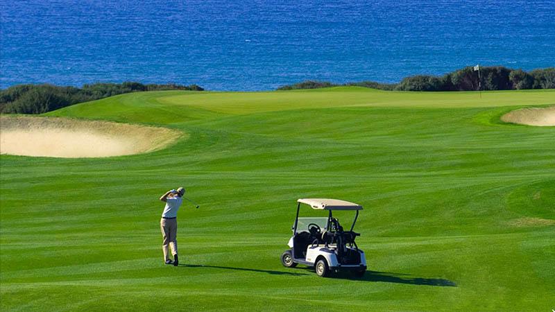 Sân golf có 18 lỗ, tiêu chuẩn 72 gậy cho 18 đường golf
