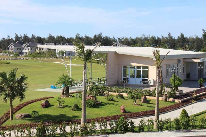 Khi chơi golf tại đây, bạn sẽ được hòa mình vào không gian thơ mộng cùng tiếng gió rì rào