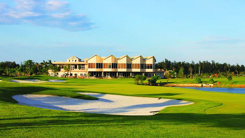 Sân golf Cửa Lò cách thành phố Vinh - Nghệ An 25 phút đi xe và cách TP.HCM 1 giờ 30 phút bay