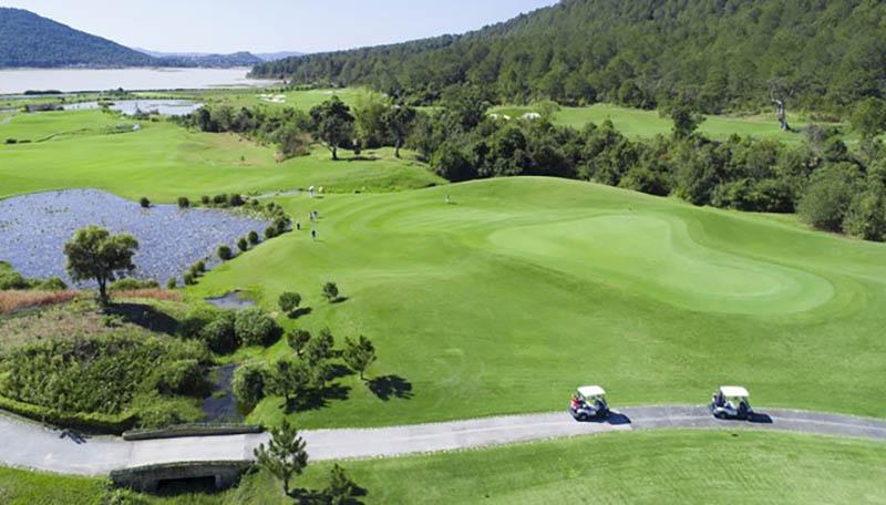 Sân golf Đà Lạt được xây dựng quanh thung lũng Đạ Ròn ở độ cao 1200 so với mực nước biển