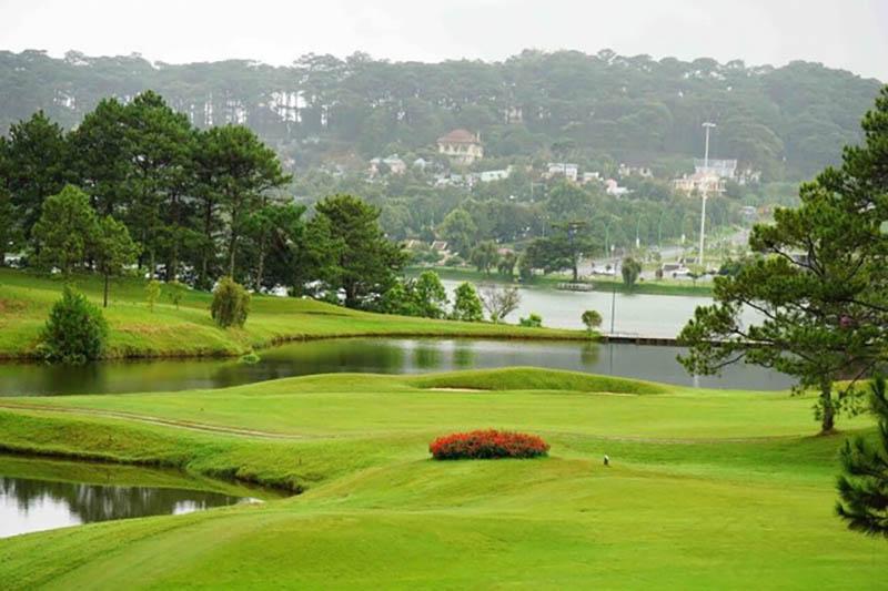 Sân golf có không gian rộng với đồng cỏ xanh mướt