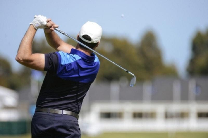 Golf là môn thế thao dễ khiến người chơi bị đau lưng do phải cứ động mạnh