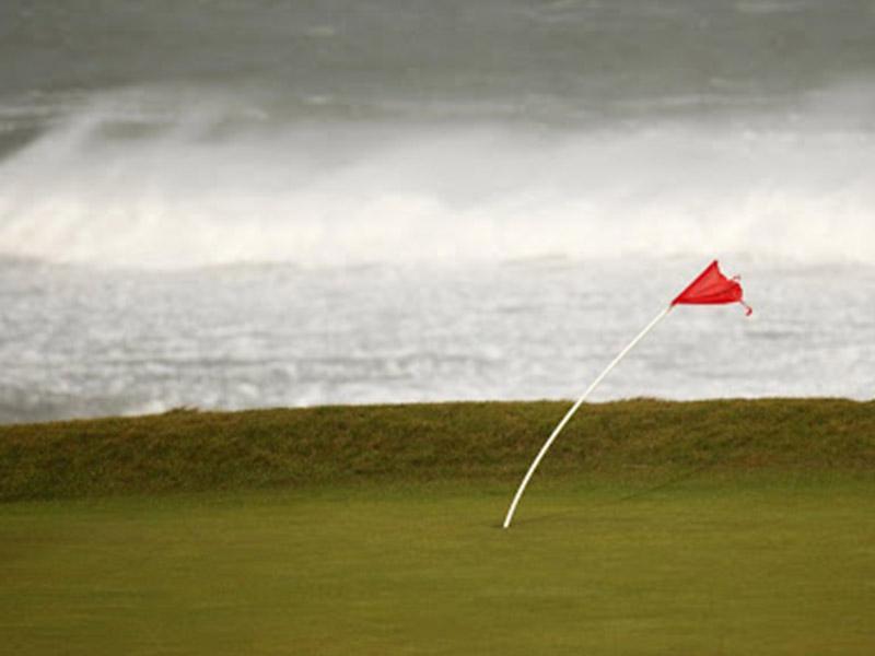 Kiểm soát bóng golf khi gió mạnh là vấn đề khó với nhiều người chơi