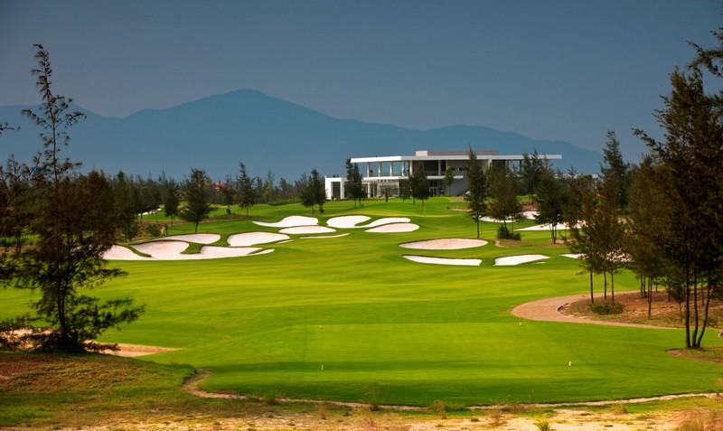 Với chất lượng dịch vụ 5 sao, golf Đầm Vạc đang cung cấp cho du khách một số hình thức như proshop, nhà hàng,...