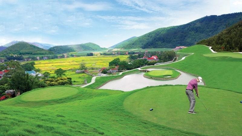 Sân golf Đồng Mô tọa lạc tại chân núi Bà Vì, nằm trong quần thể khu du lịch Đảo Vua