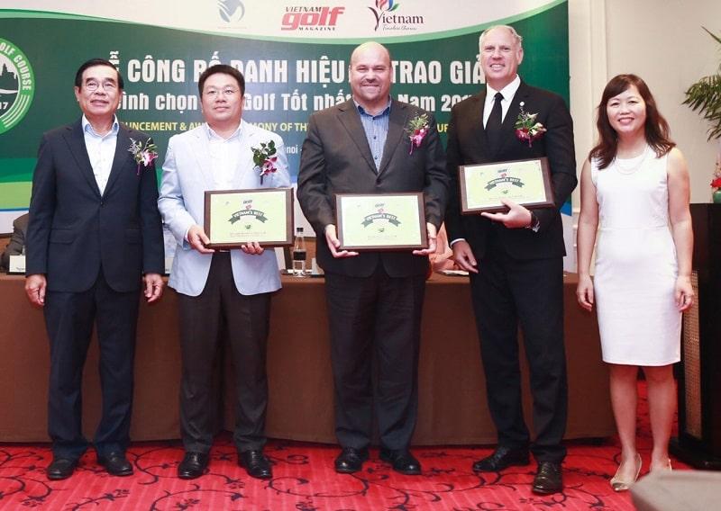 Đại diện tập đoàn BRG nhận giải thưởng sân golf danh giá