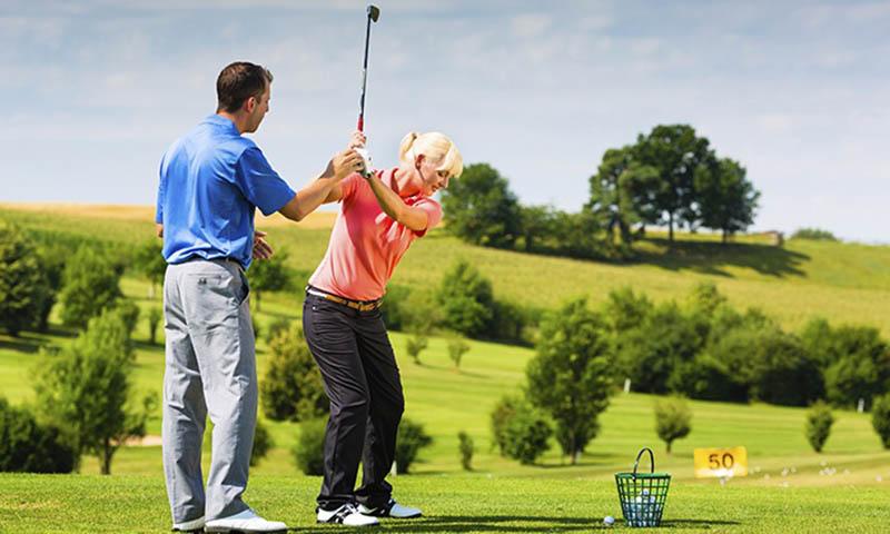 Học golf nên hay không nên theo huấn luyện viên?