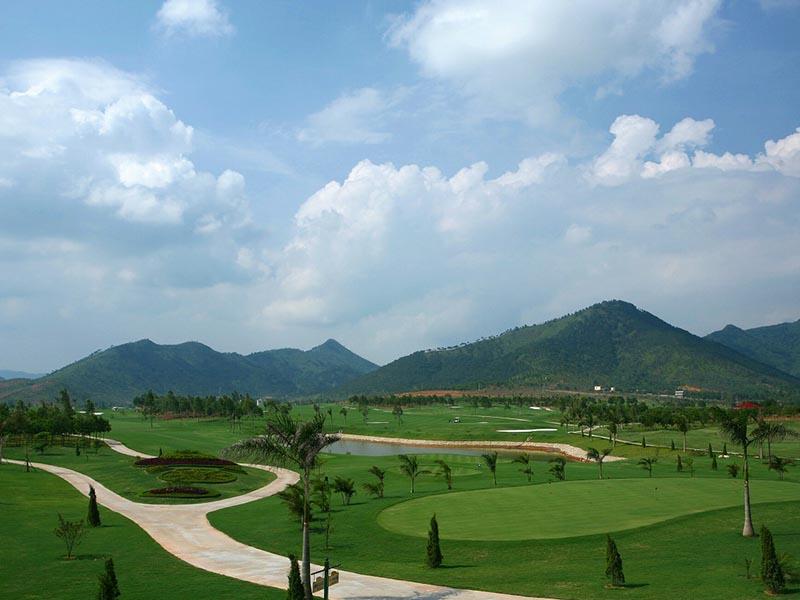 Sân golf Minh Trí là sân golf gần Hà Nội, một tụ điểm không thể thiếu của các golfer mỗi cuối tuần