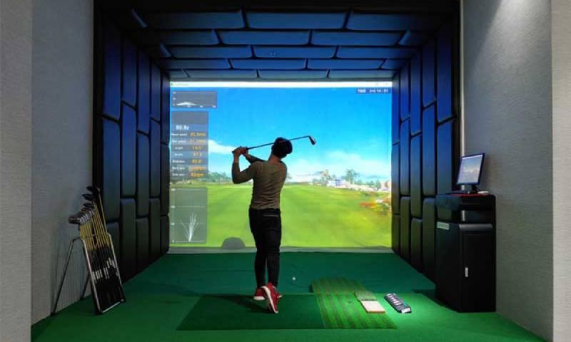 Người chơi luyện tập golf tại sân 3D