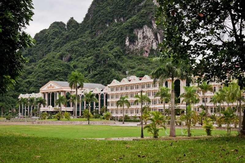 Khu nhà điều hành và clubhouse của Phoenix Golf Resort Lương Sơn Hòa Bình