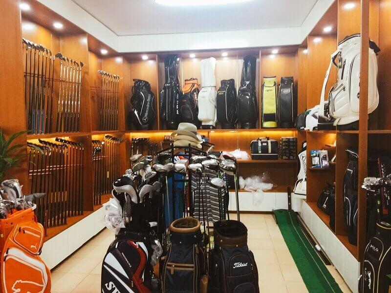 Cửa hàng Proshop cung cấp đầy đủ từ phụ kiện đến gậy đánh bóng golf cho golfer có nhu cầu
