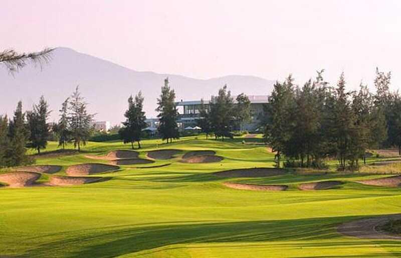 Sân golf đạt chuẩn thiết kế với 18 hố