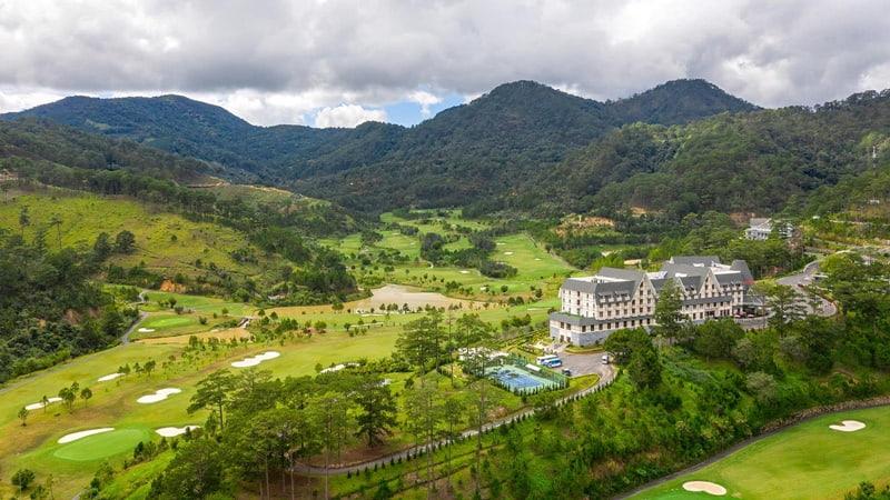 Người chơi có thể đến sân golf Sam Tuyền Lâm theo nhiều tuyến đường khác nhau
