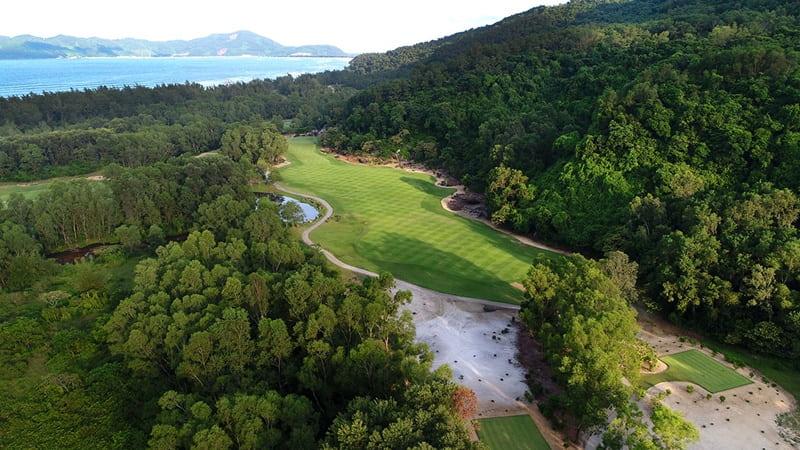 Sân golf Laguna Lăng Cô tọa lạc tại Thôn Cù Dù, xã Lộc Vĩnh, huyện Phú Lộc, tỉnh Thừa Thiên Huế