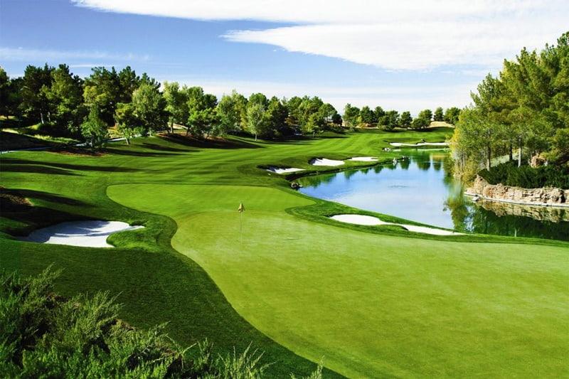 Sân tập golf Rạch Chiếc nằm trong khu thể dục thể thao quốc gia tại thành phố Hồ Chí Minh.